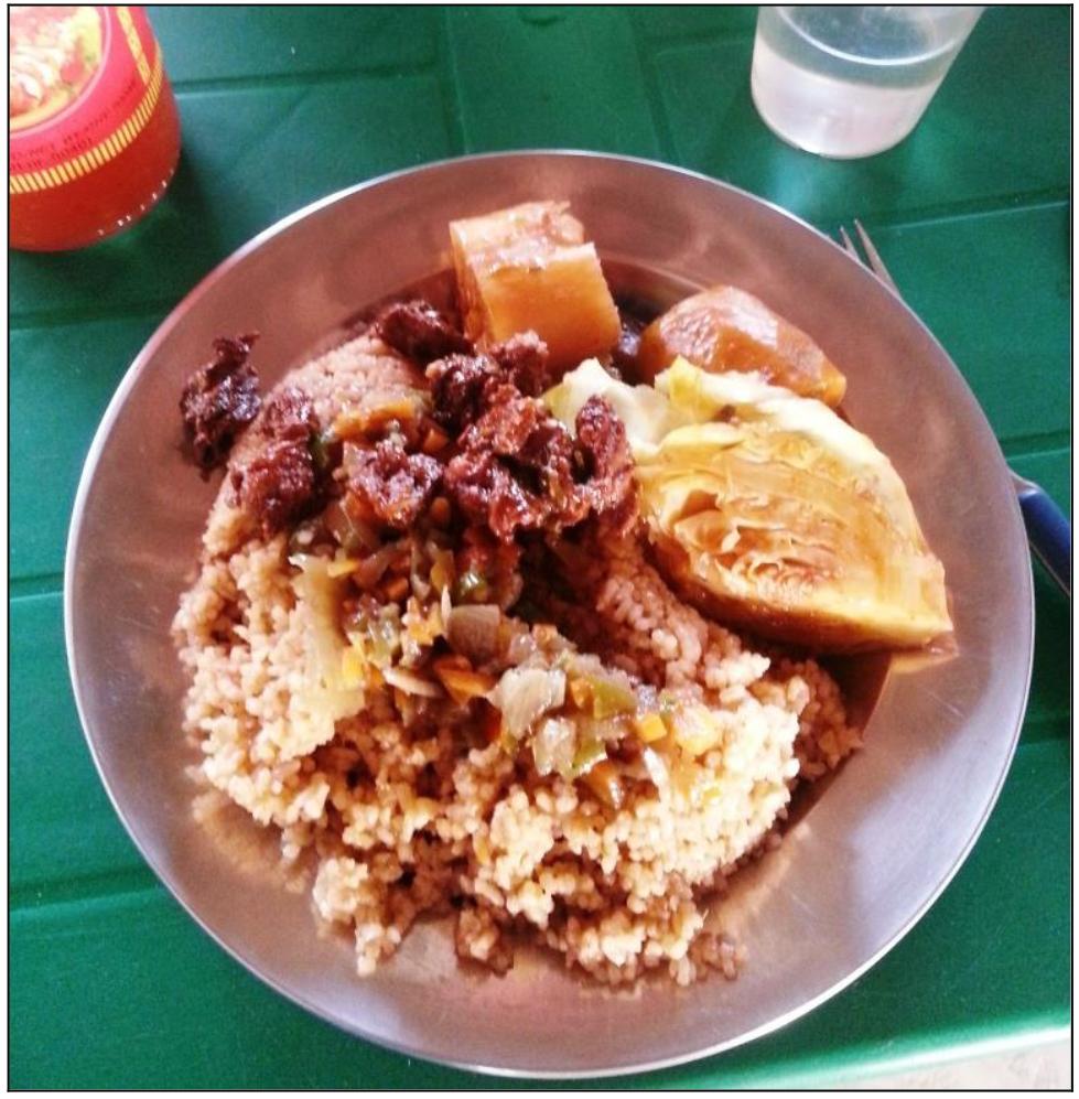Lokale Speise mit Rindfleisch, Weißkohl, Casava und Gemüsereis